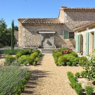 Выдающиеся фото от архитекторов и дизайнеров интерьера: двухэтажный фасад дома среднего размера бежевого цвета в средиземноморском стиле с облицовкой из камня и двускатной крышей