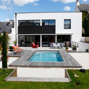 Idée de décoration pour une façade de maison blanche design à un étage et de taille moyenne avec un toit plat.