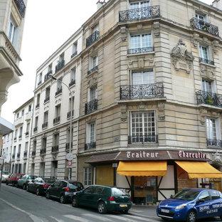 Idee per la facciata di un appartamento grande beige a piani sfalsati con copertura in metallo o lamiera