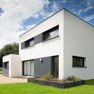 Cette photo montre une façade de maison blanche moderne à un étage et de taille moyenne avec un toit plat.