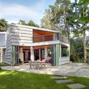 Inspiration pour une façade en bois blanche design de taille moyenne et à un étage avec un toit en appentis.