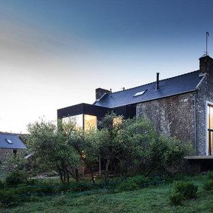 Diseño de fachada gris, ecléctica, grande, de dos plantas, con revestimiento de piedra y tejado a dos aguas