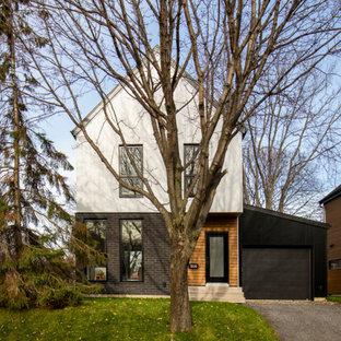 Ejemplo de fachada de casa pareada blanca, nórdica, de tamaño medio, de tres plantas, con revestimientos combinados, tejado a dos aguas y tejado de metal