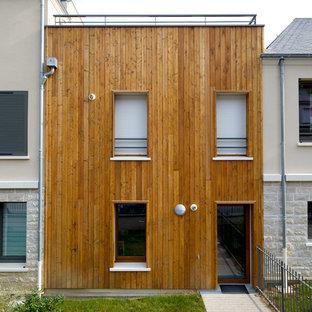 Cette image montre une petite façade en bois marron minimaliste à un étage avec un toit plat.