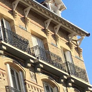 Inspiration för ett vintage flerfärgat lägenhet, med tegel, sadeltak och tak med takplattor