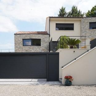 Inspiration pour une façade de maison beige design à deux étages et plus avec un revêtement mixte, un toit à deux pans et un toit en shingle.
