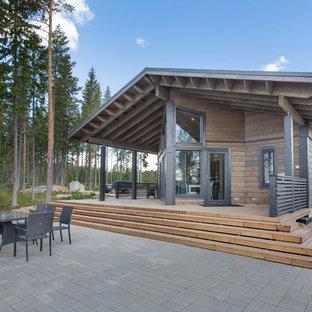 Cette image montre une façade en bois beige nordique de plain-pied avec un toit à deux pans.