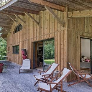Inspiration pour une façade en bois chalet à un étage.