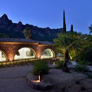 Idées déco pour une très grande façade en pierre méditerranéenne de plain-pied avec un toit à deux pans.