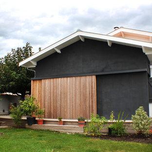Inspiration pour une façade en bois noire traditionnelle de plain-pied et de taille moyenne avec un toit à deux pans.