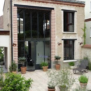 Exemple d'une façade en brique industrielle à un étage.