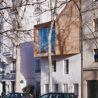 Idée de décoration pour une façade en bois marron design de taille moyenne et à deux étages et plus avec un toit en appentis.