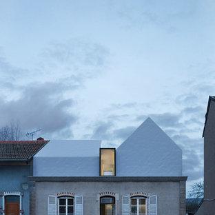 Cette image montre une petit façade de maison design avec un toit à deux pans.