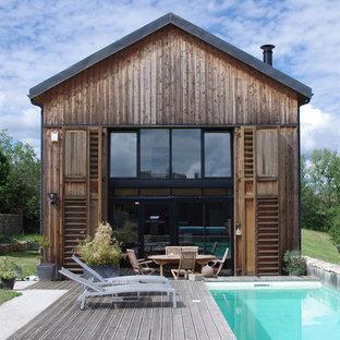 Aménagement d'une façade en bois marron campagne à un étage avec un toit à deux pans.