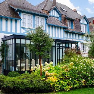 Réalisation d'une façade de maison champêtre de taille moyenne.