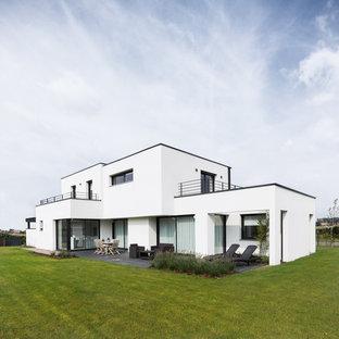 Inspiration pour une façade de maison blanche design de taille moyenne et à un étage avec un toit plat.