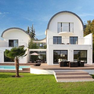 Cette photo montre une grand façade de maison blanche moderne à deux étages et plus.