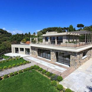 Aménagement d'une façade de maison grise contemporaine à un étage avec un revêtement mixte et un toit plat.