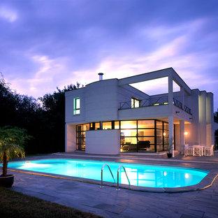 Idée de décoration pour une grand façade de maison blanche design à un étage avec un toit plat.