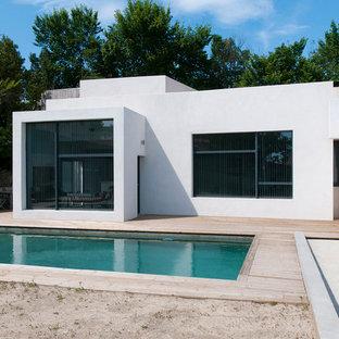 Idées déco pour une façade de maison blanche contemporaine de taille moyenne et de plain-pied avec un toit plat.