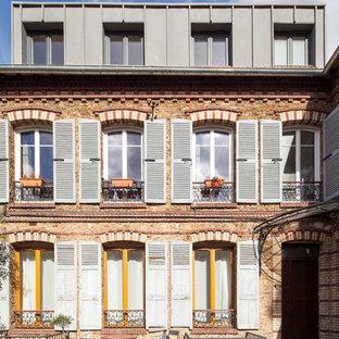 Idéer för att renovera ett stort vintage grått hus, med tre eller fler plan, metallfasad och platt tak