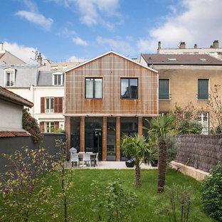 Cette image montre une façade en bois marron design de taille moyenne et à un étage avec un toit à deux pans.