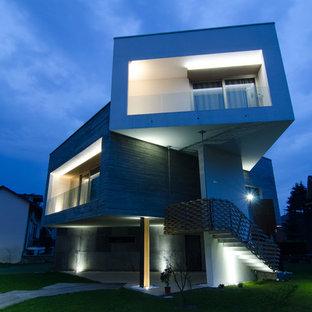 Idee per la facciata di una casa contemporanea a piani sfalsati con rivestimenti misti e tetto piano