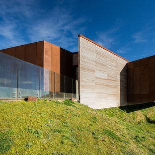 Immagine della facciata di una casa marrone contemporanea a due piani di medie dimensioni con rivestimento in legno, tetto piano e copertura mista