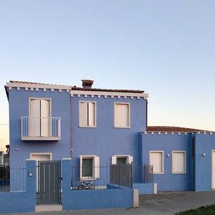 Esempio della facciata di una casa unifamiliare blu classica a due piani con tetto a padiglione e copertura in tegole