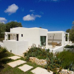 Idee per la facciata di una casa unifamiliare bianca mediterranea a un piano con rivestimento in stucco e tetto piano
