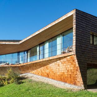 Idee per la facciata di una casa grande contemporanea a due piani con rivestimento in legno e tetto piano