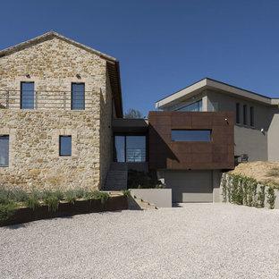 Ispirazione per la facciata di una casa contemporanea a tre o più piani con rivestimenti misti e tetto a capanna