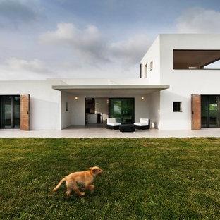 Zweistöckiges, Weißes Modernes Einfamilienhaus Mit Putzfassade Und Flachdach