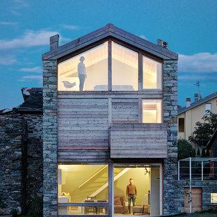 Esempio della facciata di una casa unifamiliare contemporanea a due piani di medie dimensioni con rivestimenti misti e tetto a capanna