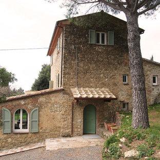 Idee per la facciata di una casa beige country a tre o più piani di medie dimensioni con rivestimento in pietra e tetto a capanna