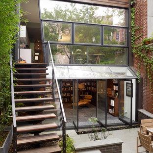 Idées déco pour une façade de maison marron contemporaine.