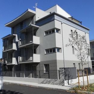 Immagine della facciata di un appartamento grigio contemporaneo di medie dimensioni con rivestimento in metallo, tetto piano e copertura mista