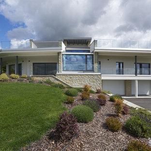 Ispirazione per la villa bianca contemporanea a due piani con rivestimento in stucco