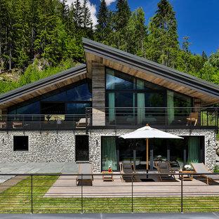 Réalisation d'une façade de maison chalet à un étage avec un toit en appentis.