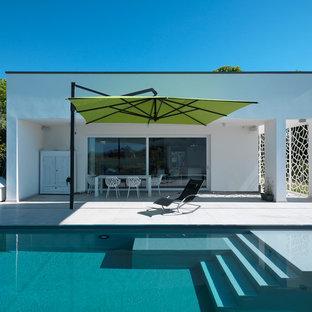 Esempio della facciata di una casa bianca contemporanea a un piano di medie dimensioni con tetto piano