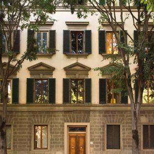 フィレンツェの巨大なトラディショナルスタイルのおしゃれな家の外観 (混合材サイディング、ベージュの外壁、アパート・マンション) の写真