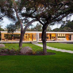 ロサンゼルスのモダンスタイルのおしゃれな家の外観 (ガラスサイディング) の写真