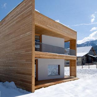 Esempio della facciata di una casa contemporanea a due piani di medie dimensioni con rivestimento in legno