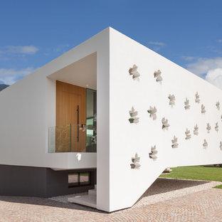 Ispirazione per la facciata di una casa unifamiliare bianca moderna a un piano con tetto piano e rivestimento in stucco