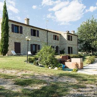 Idee per la facciata di una casa country a due piani di medie dimensioni con rivestimento in pietra e tetto a capanna