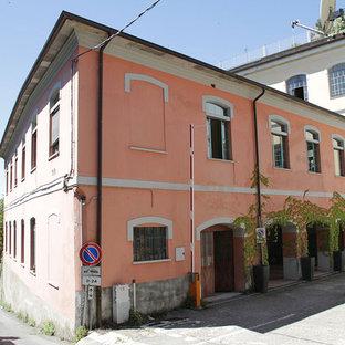 Foto della facciata di una casa rosa mediterranea a due piani
