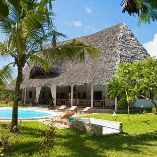 Idee per la facciata di una casa ampia tropicale a due piani con tetto a capanna