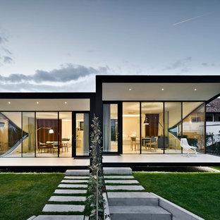 Idee per la facciata di una casa contemporanea a un piano con rivestimento in vetro