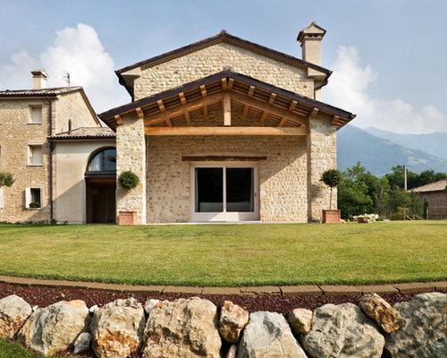 Foto e idee per facciate di case facciata di una casa in for Piani di casa di villa spagnola