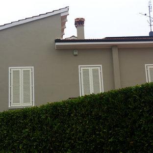 フィレンツェのモダンスタイルのおしゃれな家の外観 (ビニールサイディング、グレーの外壁、腰折れ屋根、アパート・マンション、瓦屋根) の写真